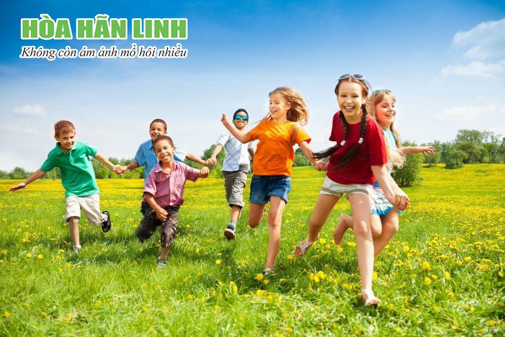Cho trẻ mặc những bộ quần áo thoáng mát nhằm hạn chế ra nhiều mồ hôi đầu